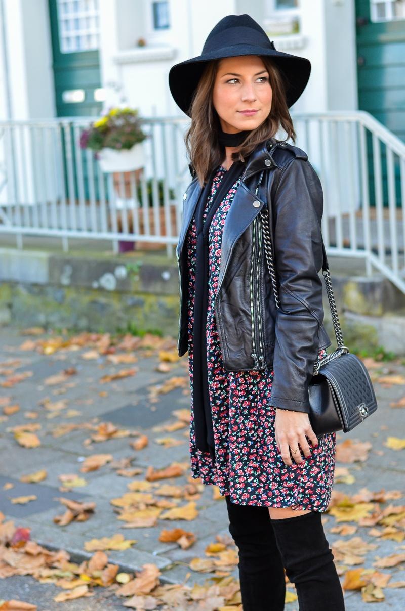 Outfit Blumenkleid Herbst Lederjacke und Zara Overknee Boots 5