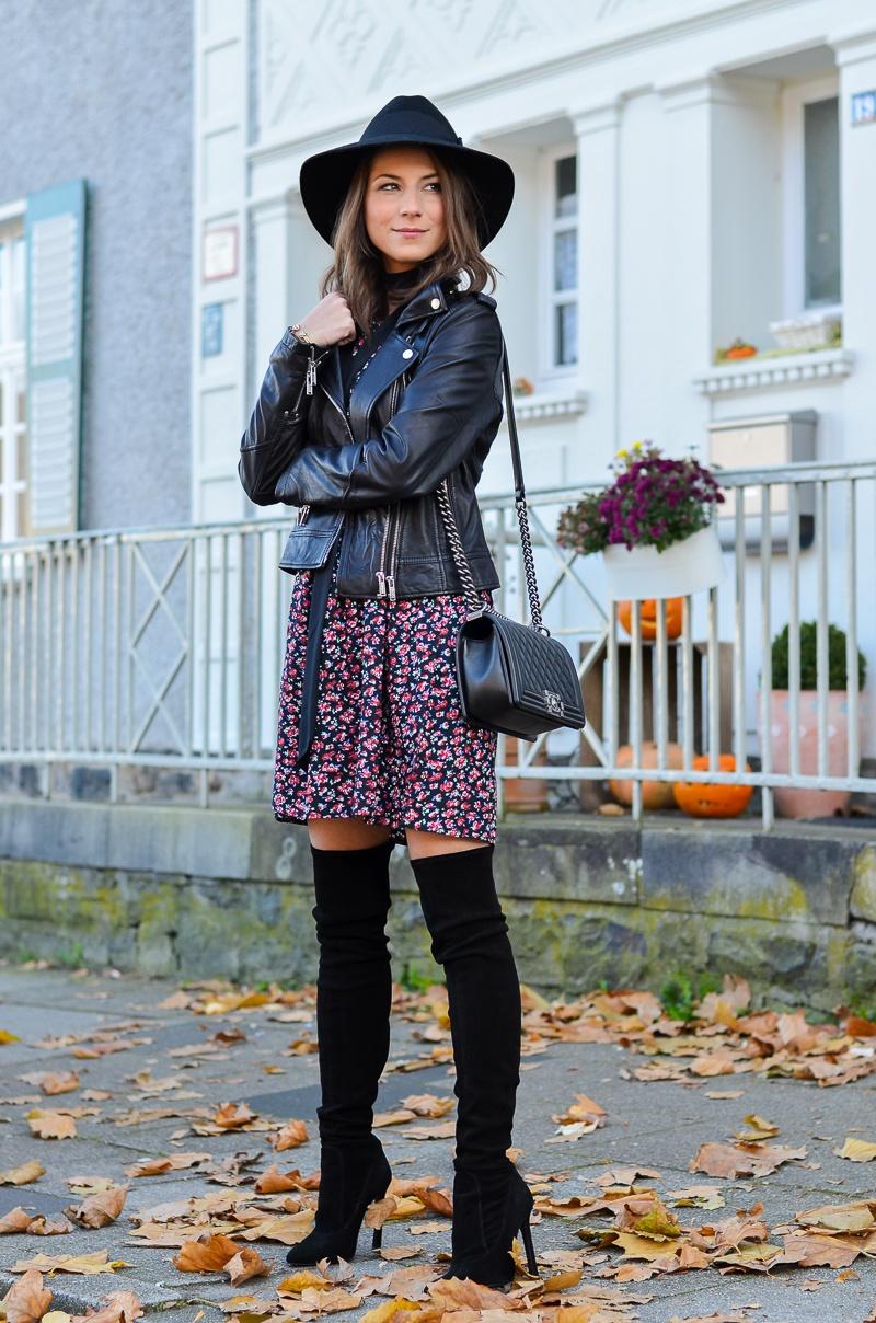 Outfit Blumenkleid Herbst Lederjacke und Zara Overknee Boots 4