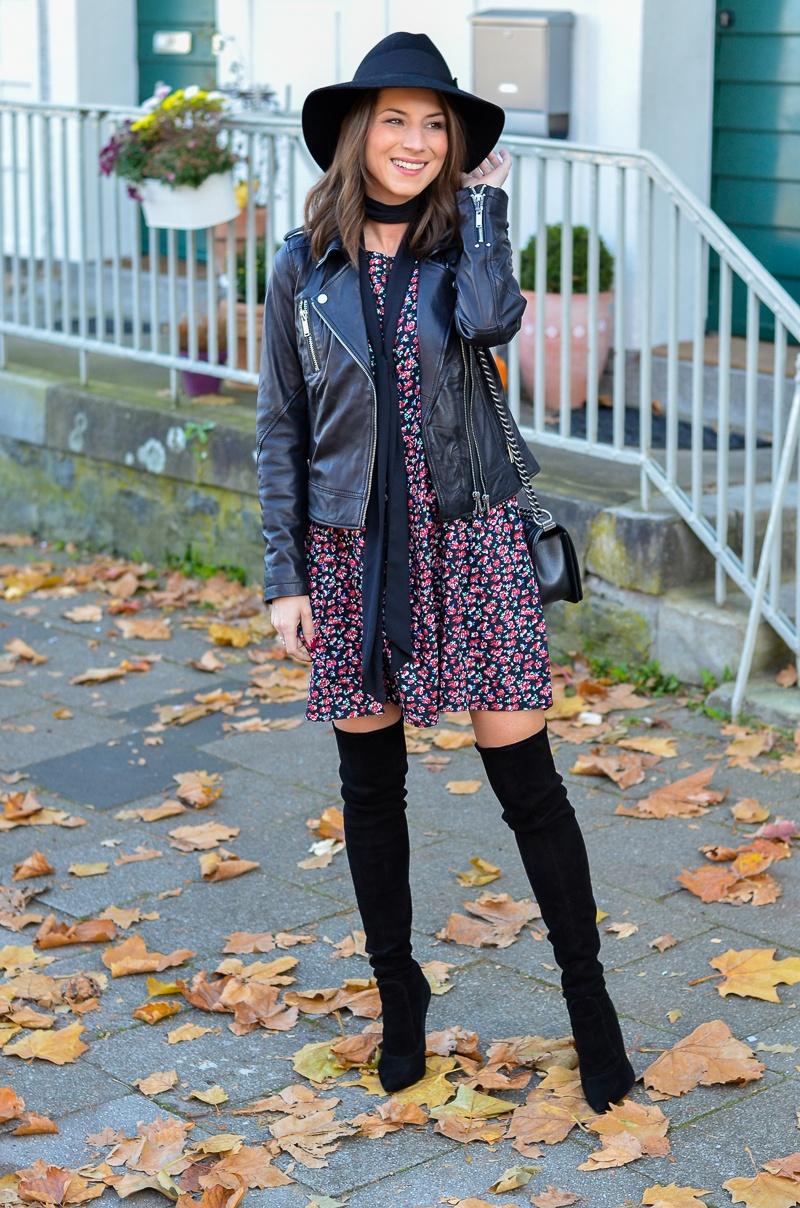 Outfit Blumenkleid Herbst Lederjacke und Zara Overknee Boots