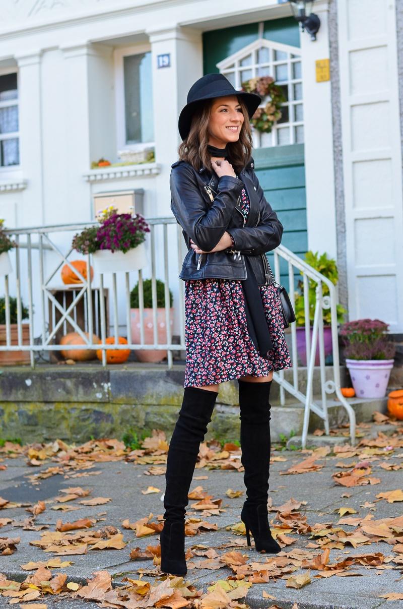 zara overknee boots outfit lederjacke blümchenkleid halstuch