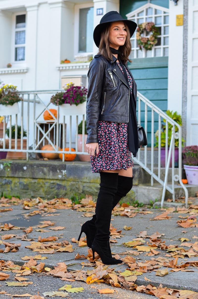 Outfit Blumenkleid Herbst Lederjacke und Zara Overknee Boots 9