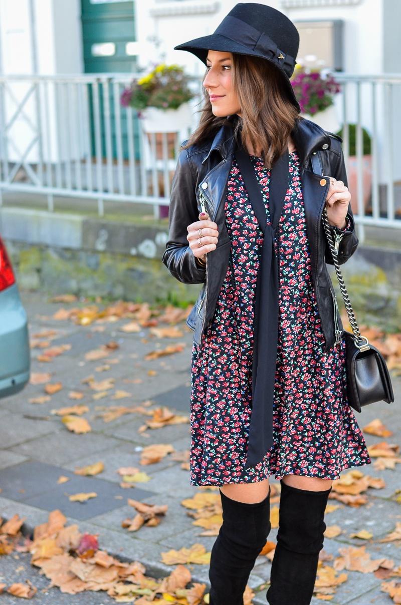 Outfit Blumenkleid Herbst Lederjacke und Zara Overknee Boots 8