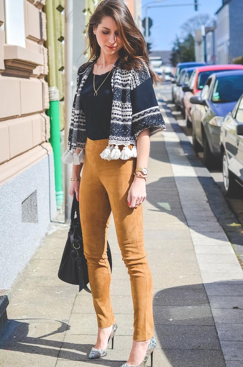 Outfit-Ethno-look-Cardigan-Braune-Lederhose-Pumps-Schlangenleder-Optik (11 von 19)