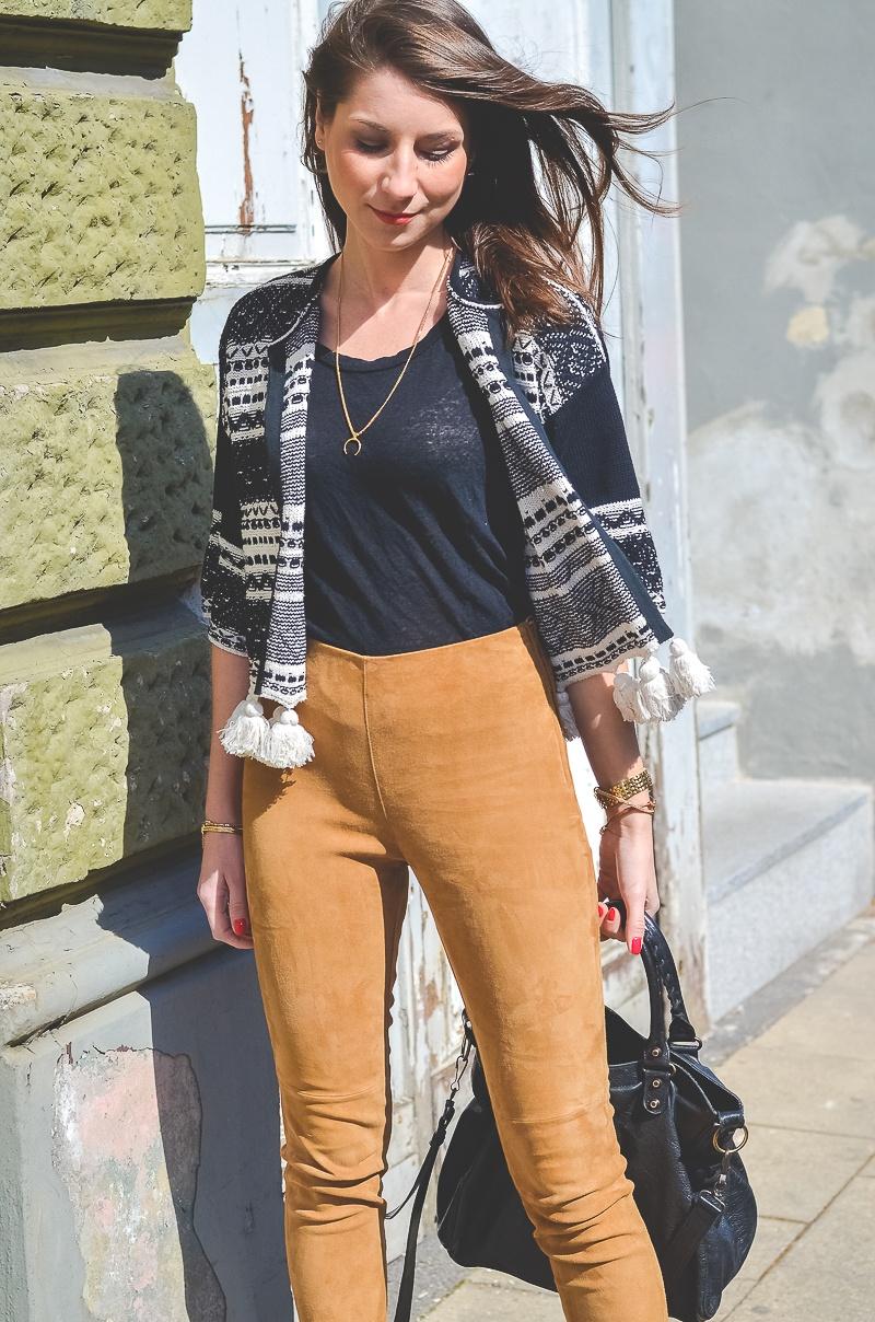 Outfit-Ethno-look-Cardigan-Braune-Lederhose-Pumps-Schlangenleder-Optik (2 von 19)