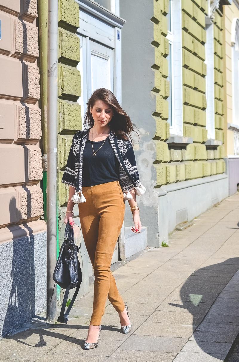 Outfit-Ethno-look-Cardigan-Braune-Lederhose-Pumps-Schlangenleder-Optik (4 von 19)