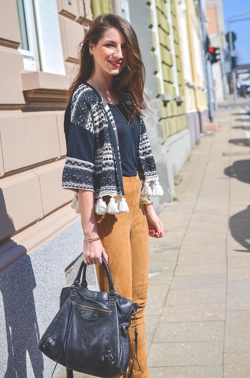 Outfit-Ethno-look-Cardigan-Braune-Lederhose-Pumps-Schlangenleder-Optik (5 von 19)
