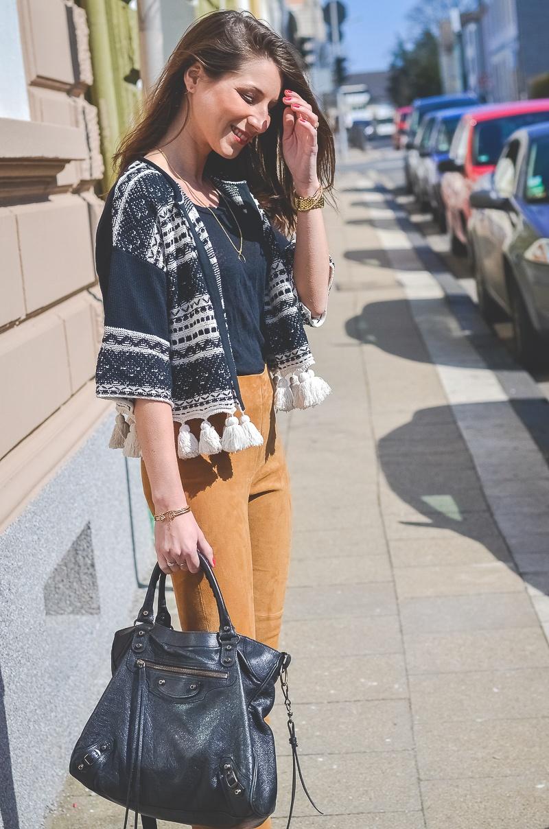 Outfit-Ethno-look-Cardigan-Braune-Lederhose-Pumps-Schlangenleder-Optik (6 von 19)