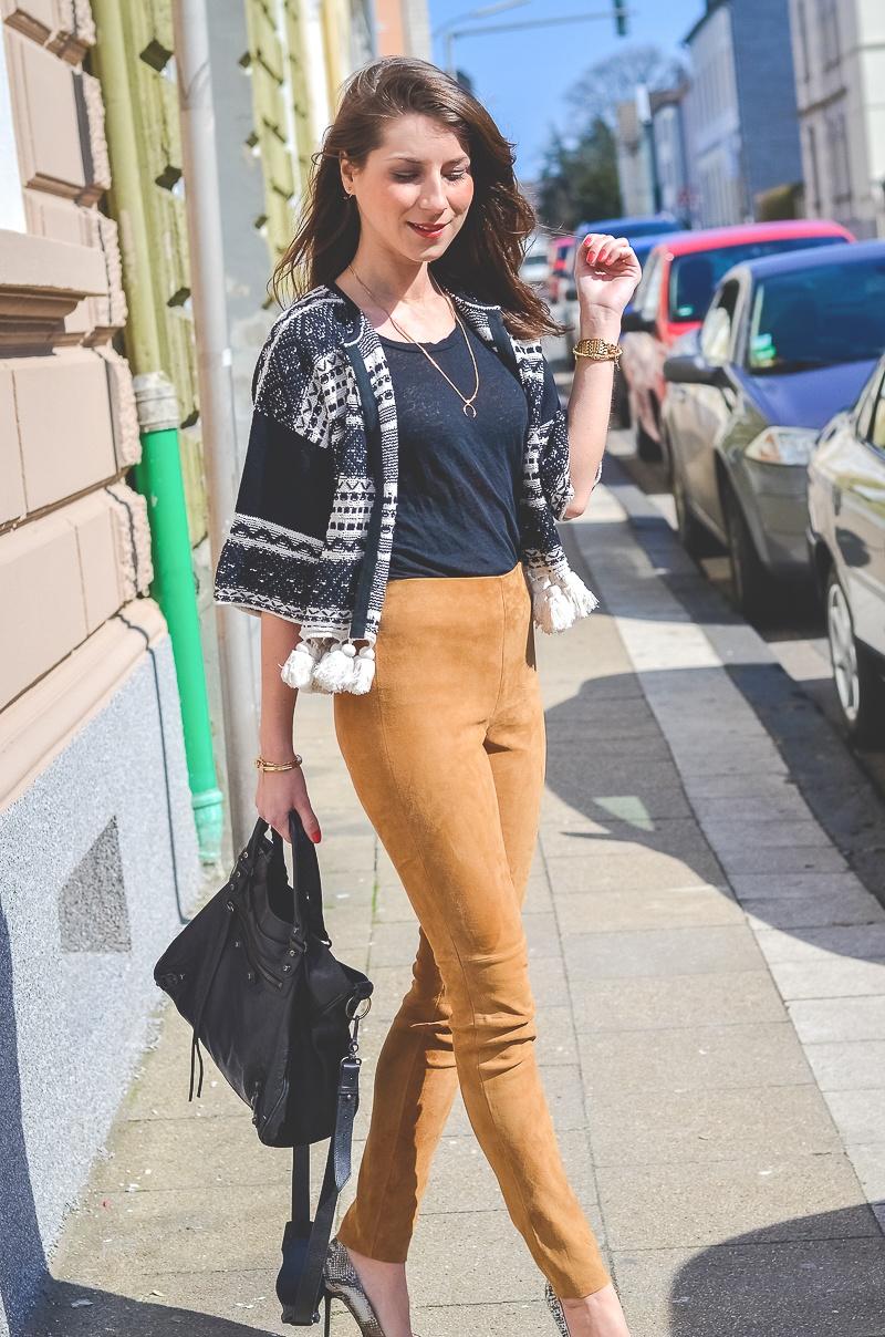 Outfit-Ethno-look-Cardigan-Braune-Lederhose-Pumps-Schlangenleder-Optik (7 von 19)