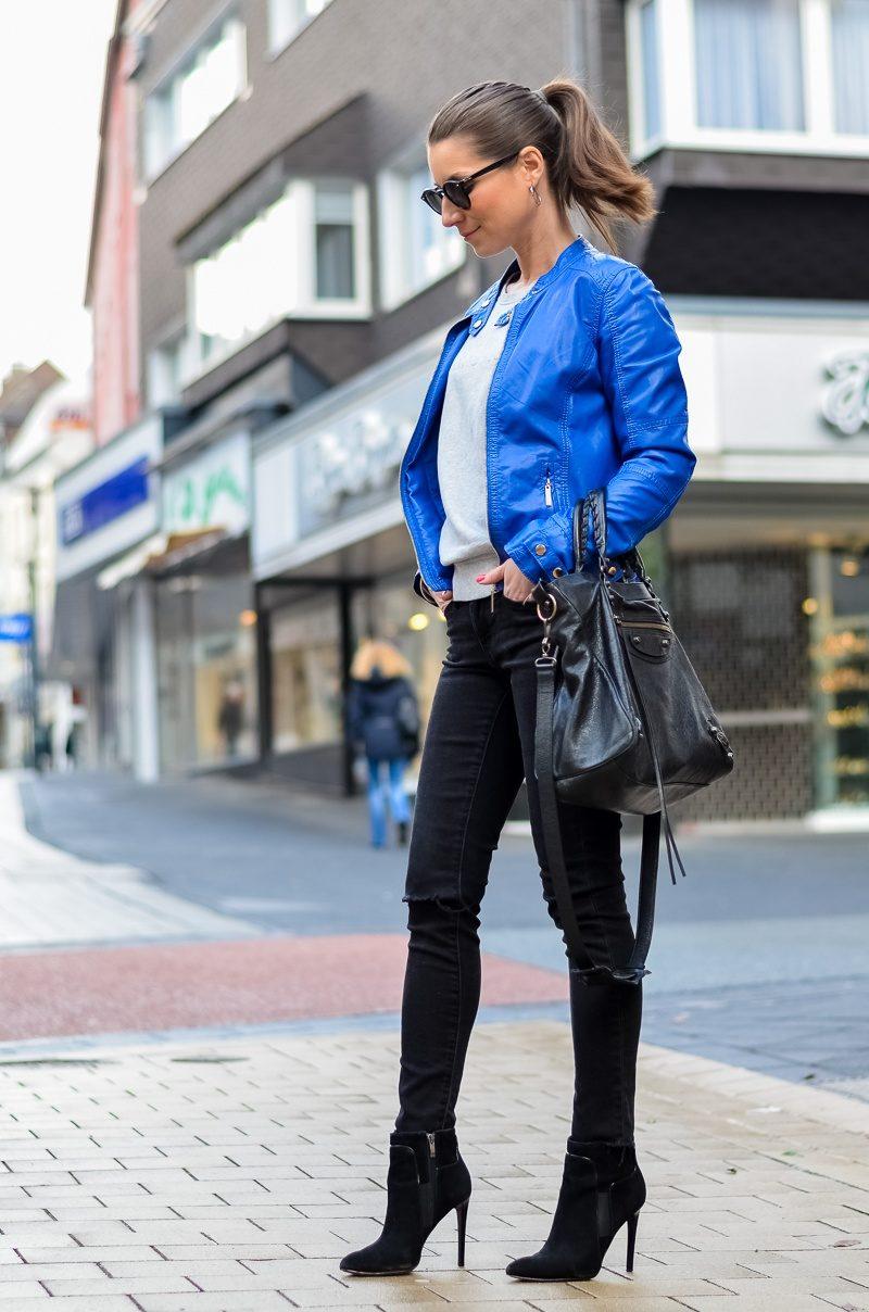 Outfit-blaue-Lederjacke-CK-Sweatshirt-Skinny-Jeans-Balenciaga-Bag (6 von 18)
