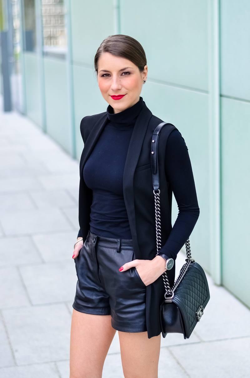 Outfit-Longweste-Ledershorts-silberne-Pumps-Chanel-Boy-Bag 4