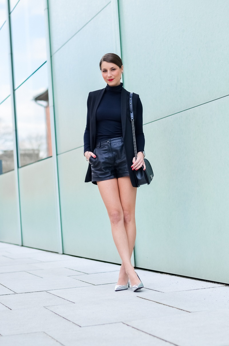 Outfit-Longweste-Ledershorts-silberne-Pumps-Chanel-Boy-Bag 2