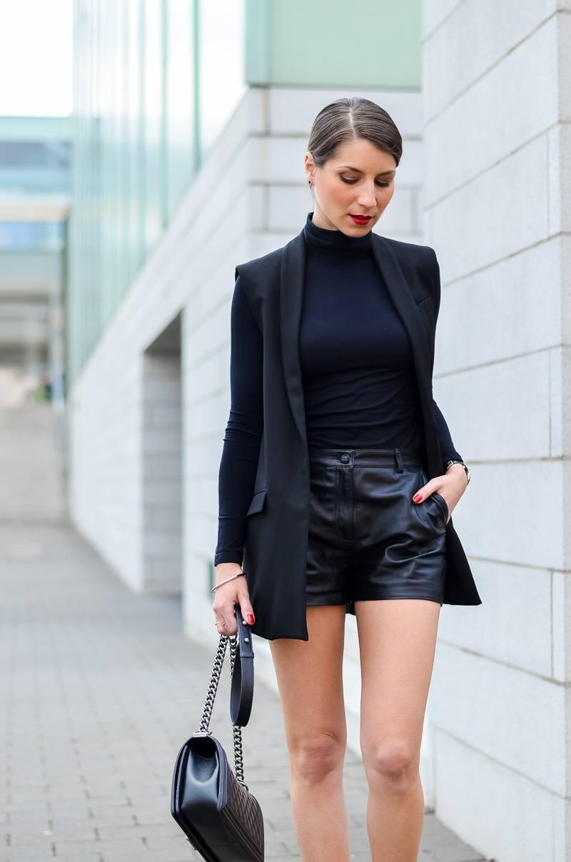 Outfit-Longweste-Ledershorts-silberne-Pumps-Chanel-Boy-Bag 1