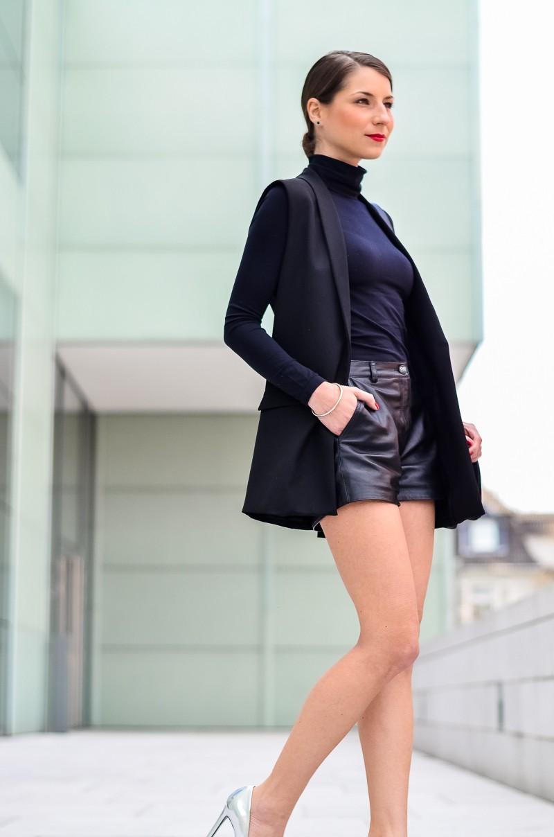 Outfit-Longweste-Ledershorts-silberne-Pumps-Chanel-Boy-Bag 11