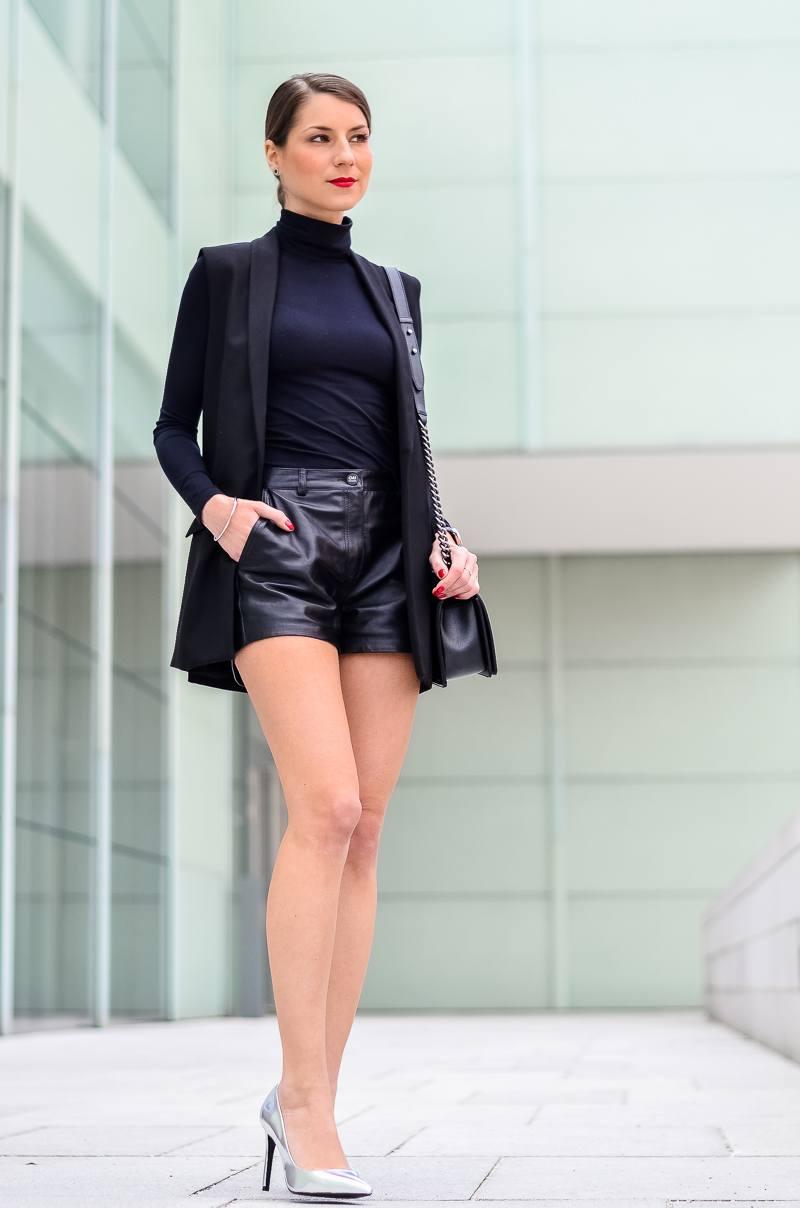 Outfit-Longweste-Ledershorts-silberne-Pumps-Chanel-Boy-Bag 10