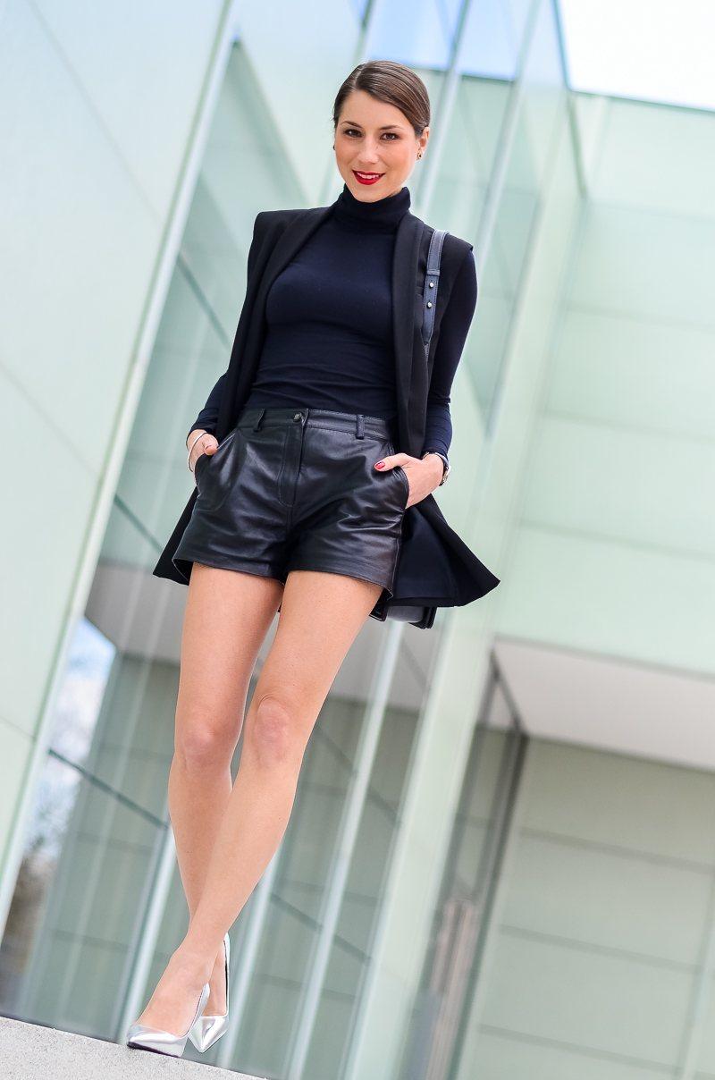 Outfit-Longweste-Ledershorts-silberne-Pumps-Chanel-Boy-Bag 9