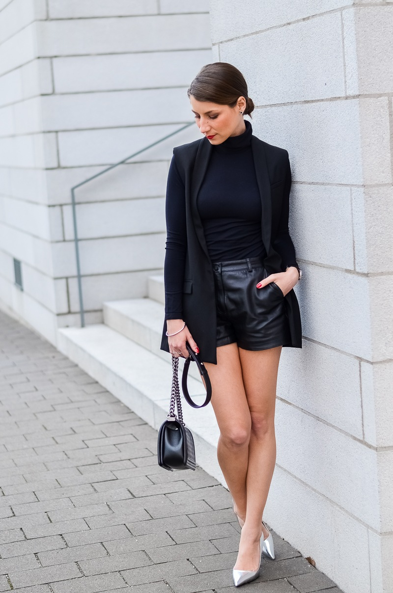 Outfit-Longweste-Ledershorts-silberne-Pumps-Chanel-Boy-Bag 7