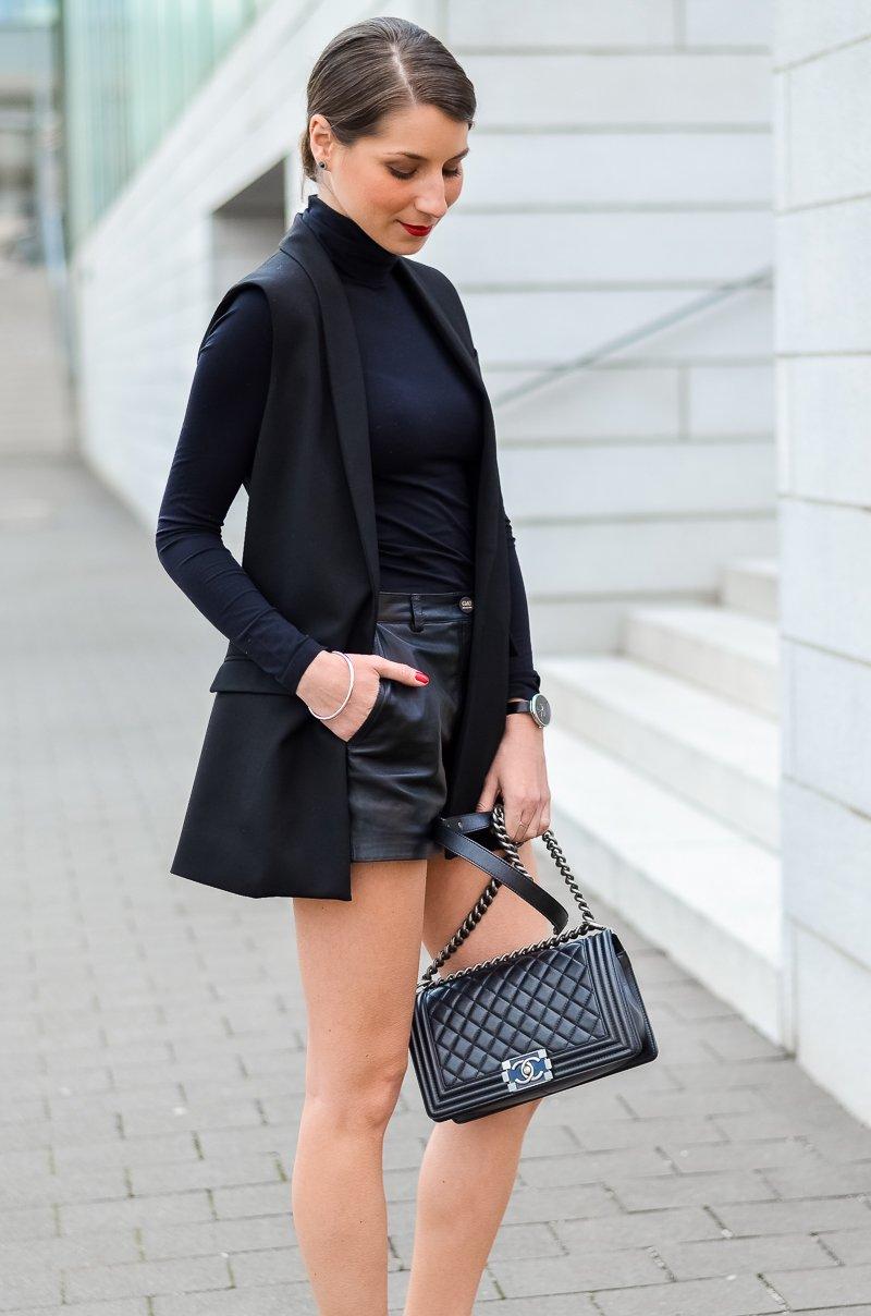 Outfit-Longweste-Ledershorts-silberne-Pumps-Chanel-Boy-Bag 6