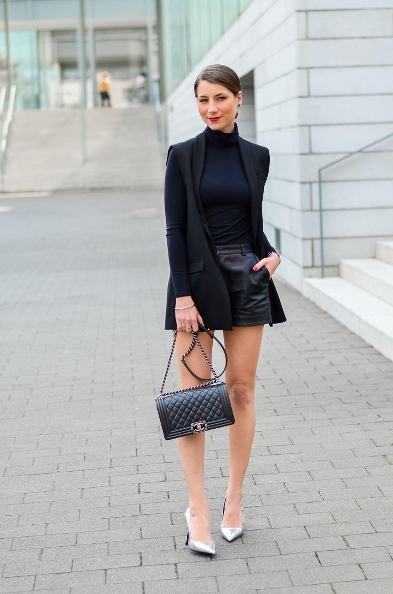 Outfit-Longweste-Ledershorts-silberne-Pumps-Chanel-Boy-Bag 5