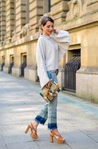 Outfit-Cropped-Jeans-Fledermausärmel-Oberteil-Plateau-Sandalen-kombinieren (9 von 19)