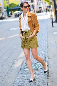 Outfit Khaki Skorts braune Wildlederjacke Chanel Vintage Pumps 15 von 15