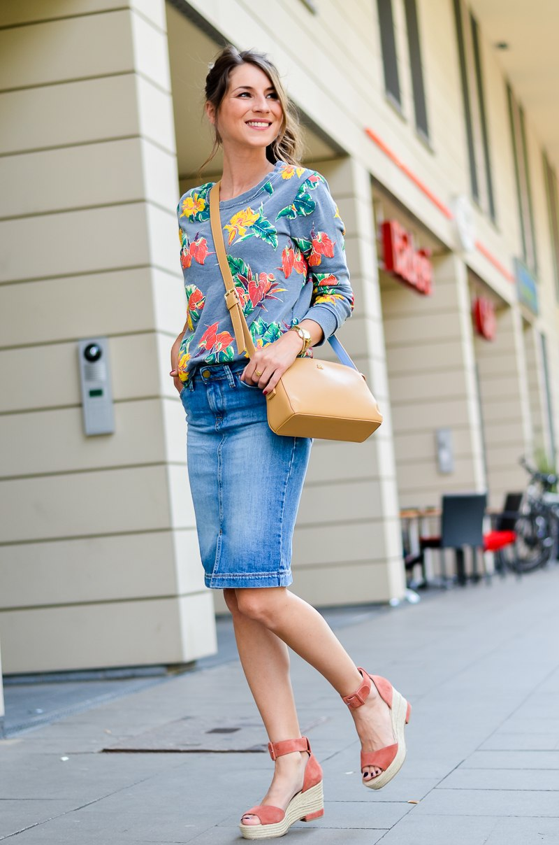 Fashion , Blog , deutsch, Jeansrock , midi , denim, skirt , Sweatshirt , print , billig bi , Sandalen, Wedges , kombinieren , hohe , bequeme , Schuhe , Sommer , Trend , 2016 , Paul and joe sister , tasche , outfit, look , 12