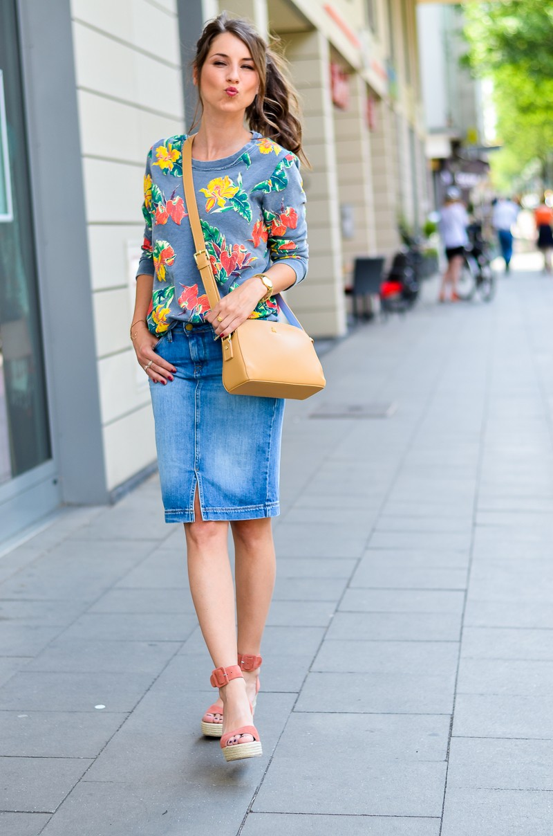 Fashion , Blog , deutsch, Jeansrock , midi , denim, skirt , Sweatshirt , print , billig bi , Sandalen, Wedges , kombinieren , hohe , bequeme , Schuhe , Sommer , Trend , 2016 , Paul and joe sister , tasche , outfit, look , 11