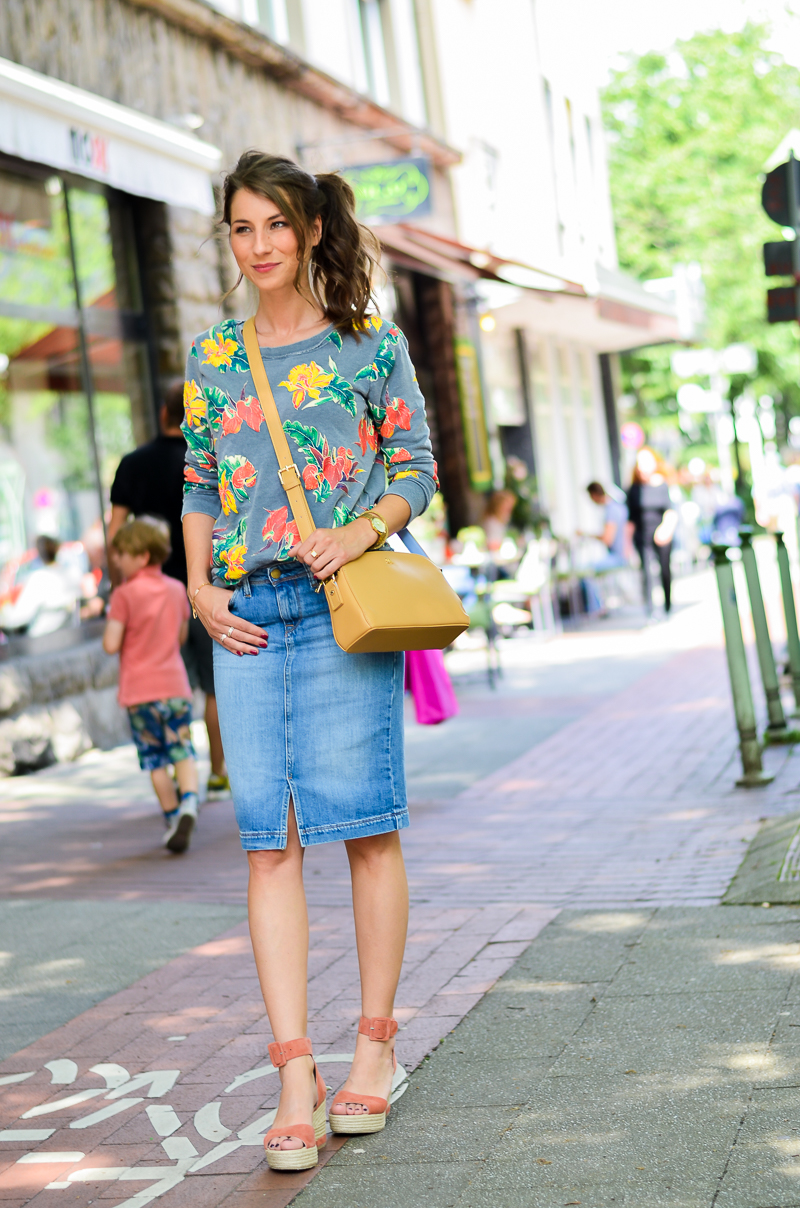 Fashion , Blog , deutsch, Jeansrock , midi , denim, skirt , Sweatshirt , print , billig bi , Sandalen, Wedges , kombinieren , hohe , bequeme , Schuhe , Sommer , Trend , 2016 , Paul and joe sister , tasche , outfit, look , 5