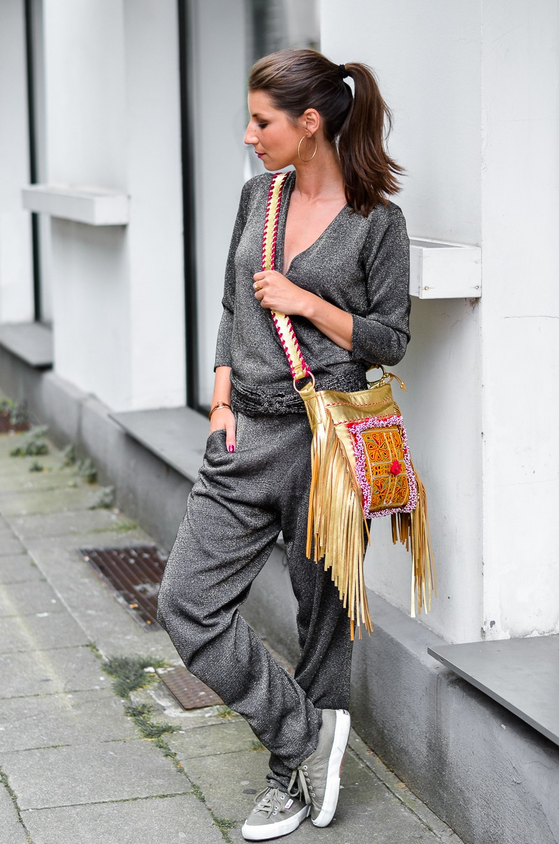 casual , look , outfit , overall , jumpsuit , golden , boho , fringe , bag, fransentasche , superga , sneakers , 2