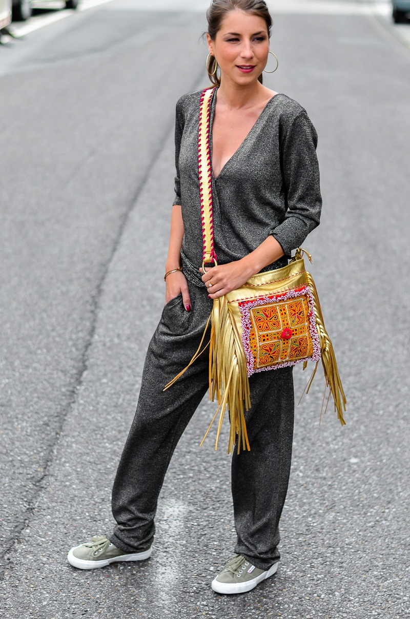 casual , look , outfit , overall , jumpsuit , golden , boho , fringe , bag, fransentasche , superga , sneakers