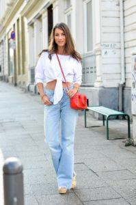 cropped pullover weite jeans kombinieren outfit