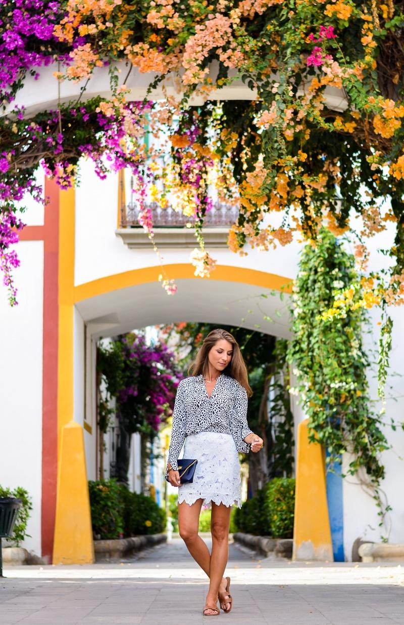 rock aus spitze und leo print bluse kombinieren outfit