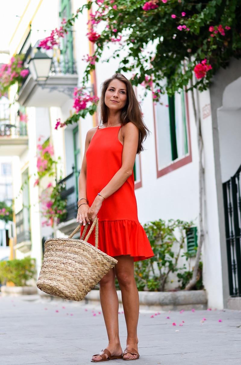 rotes sommerkleid und korbtasche outfit