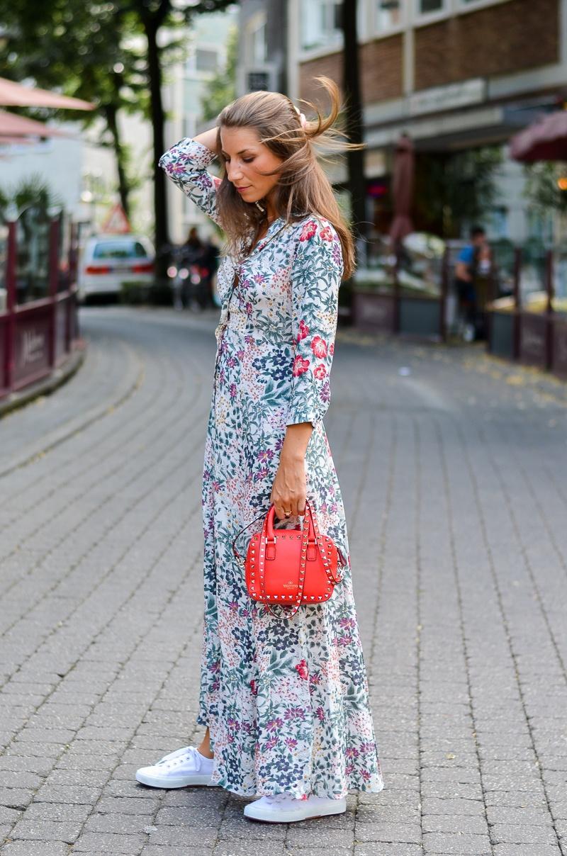 street style zara maxi dress sneakers rote tasche kombinieren