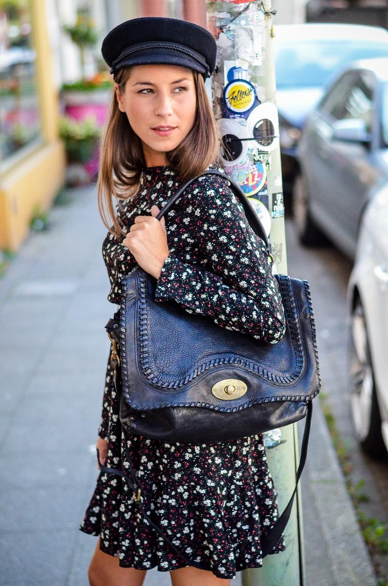 parisienne outfit kleid blumen print boots
