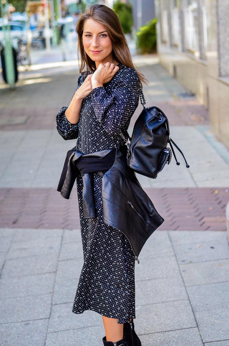 schwarzes midi kleid lederjacke rucksack outfit