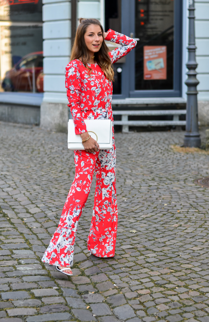ivyrevel roter jumpsuit weisse tasche