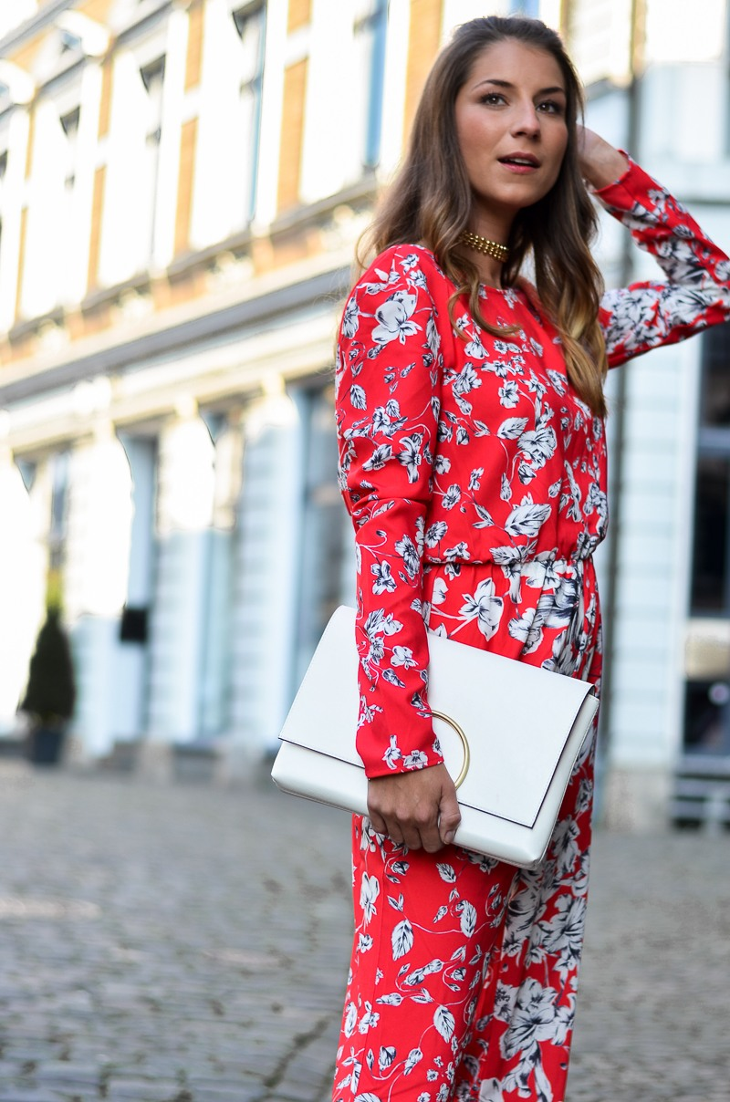 ivyrevel roter jumpsuit floral weisse tasche