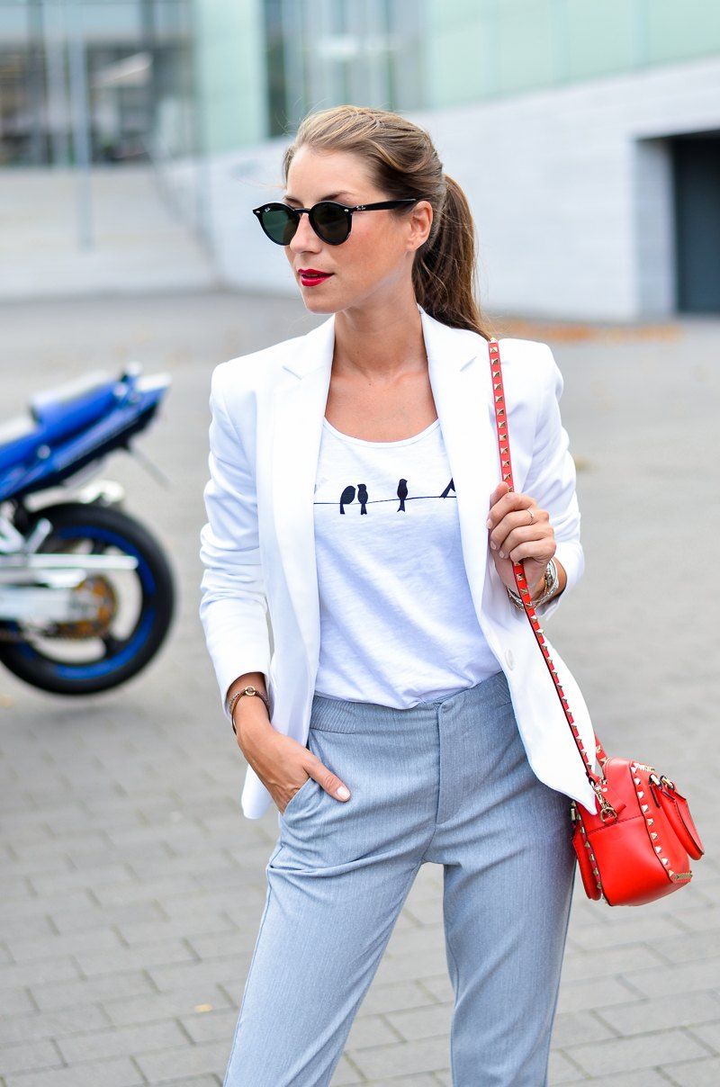 outfit sneakers trend weißer blazer