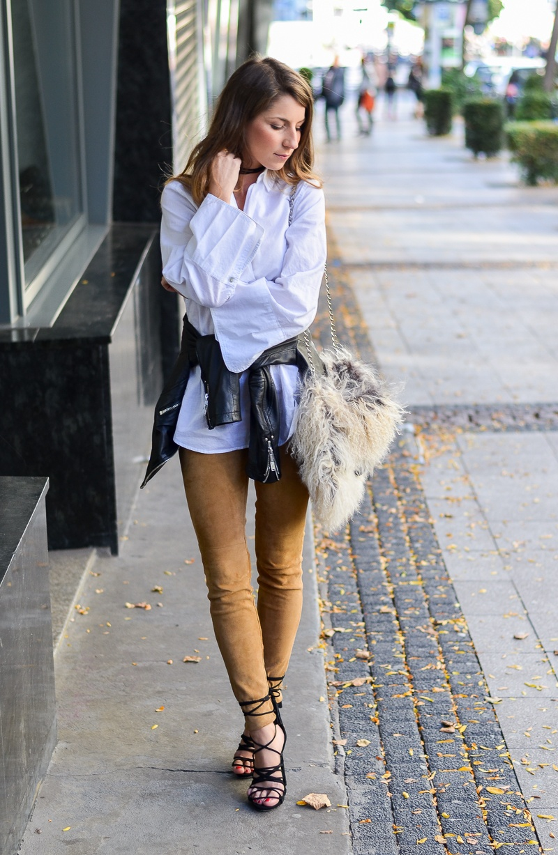 trompetenärmel bluse felltasche lederhose outfit