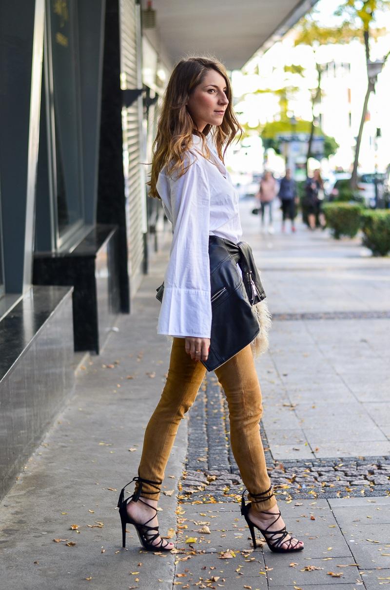 lace up heels bluse trompetenärmel felltasche lederhose outfit