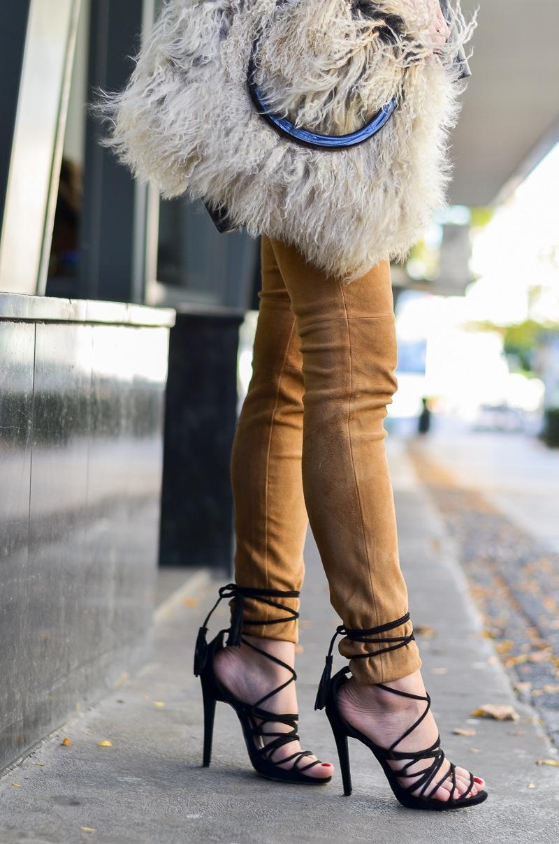 lace up heels felltasche lederhose outfit