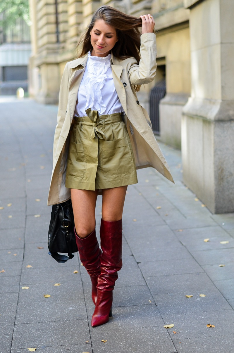 trench coat outfit rote boots zara rüschenbluse rock