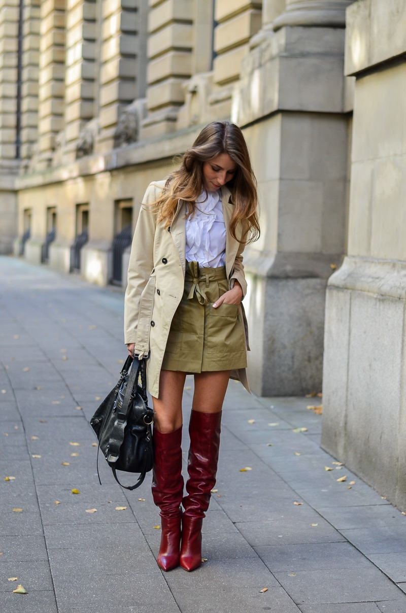 trenchcoat outfit rote boots zara rüschenbluse rock