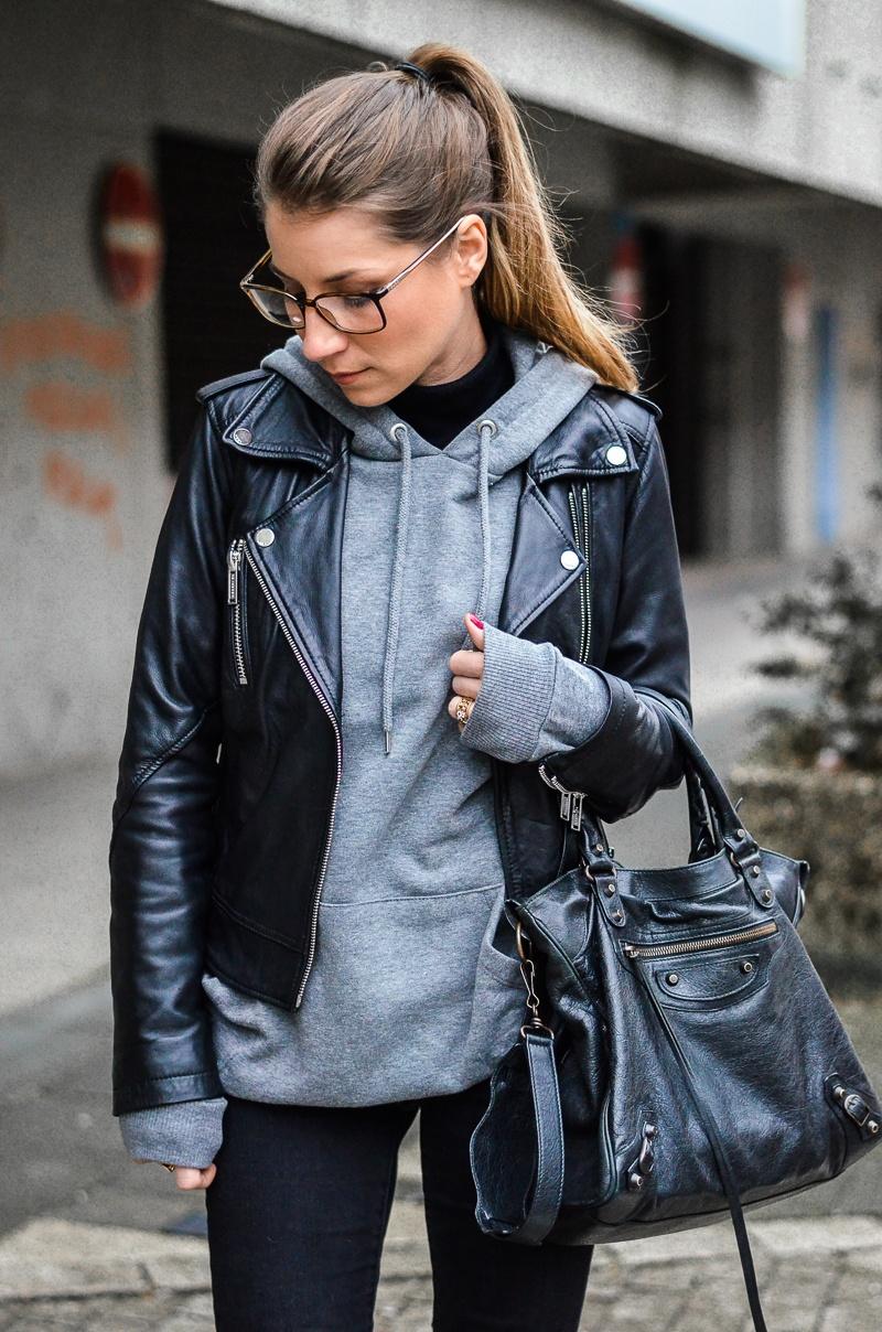 lederjacke hoodie schwarze jeans gucci brille outfit