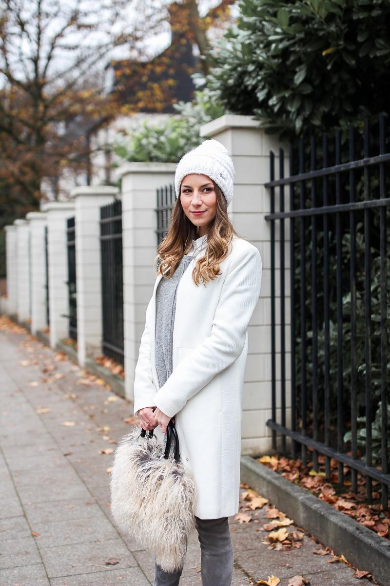 stuart weitzman overknees pudelmütze outfit winter