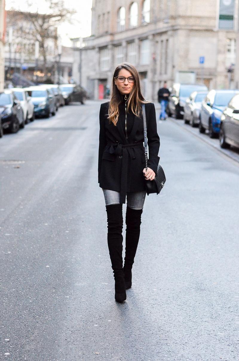 Zipp & Zapp :: Schwarze Overknees, Jeans & Zipper Pullover