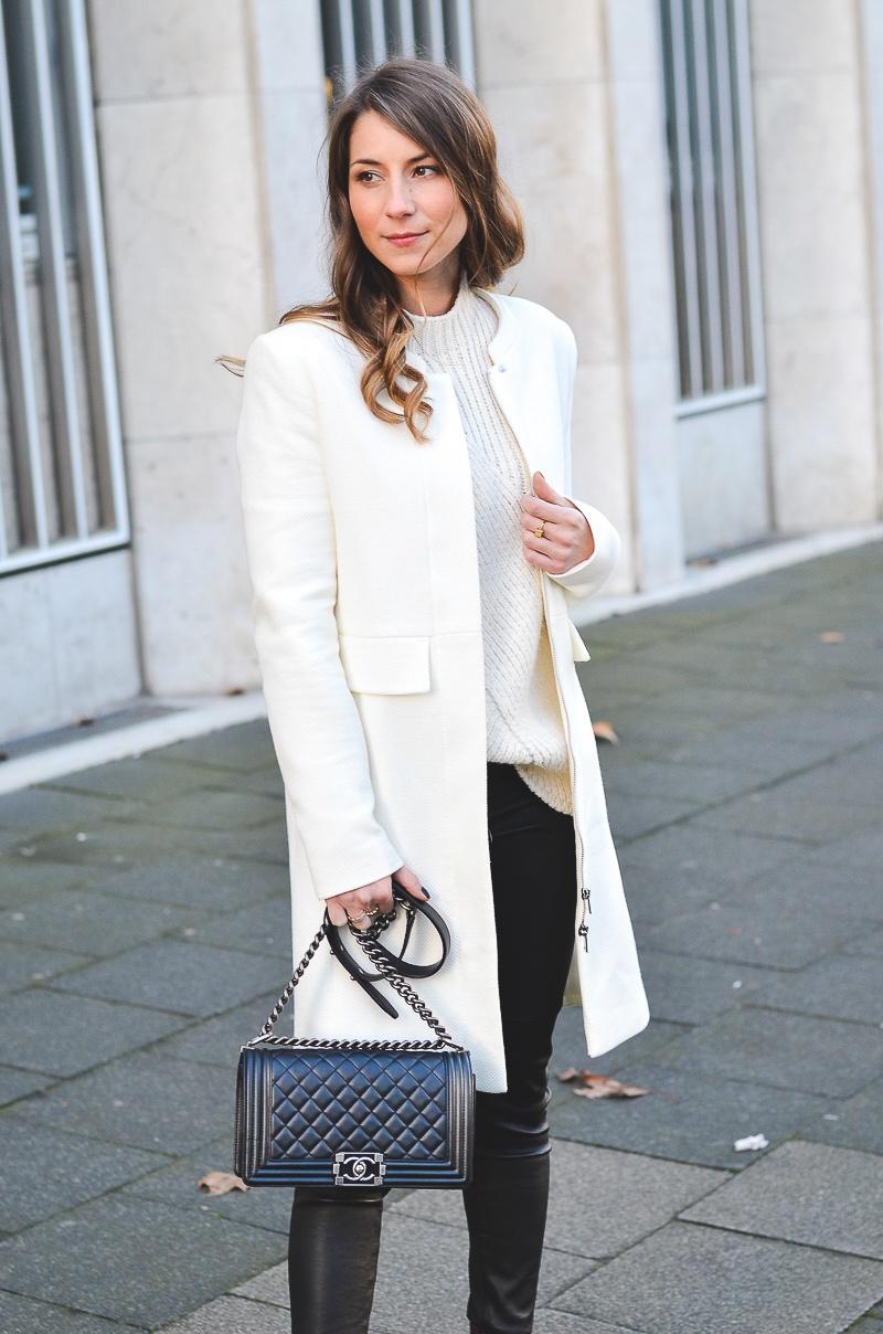 lederhose outfit weißer Mantel burgundy boots