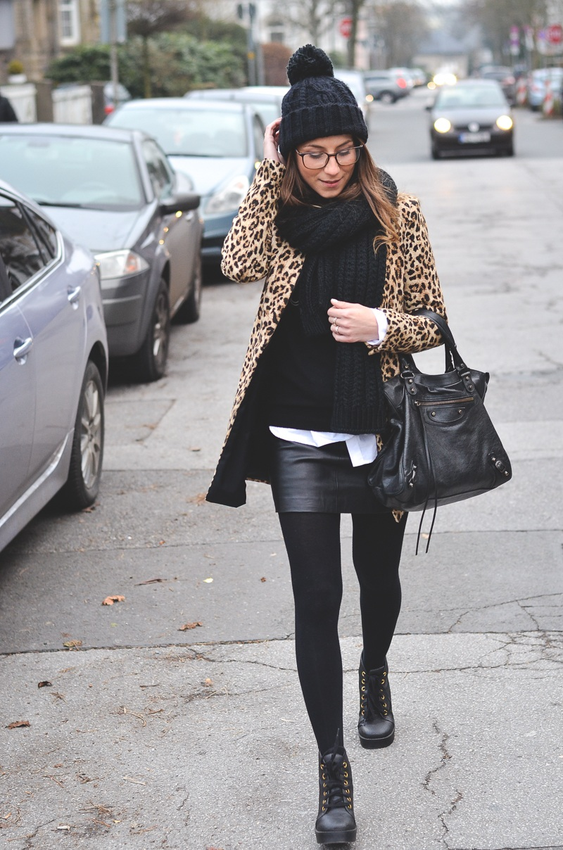 animal print leopard mantel pudelmütze rock winter look