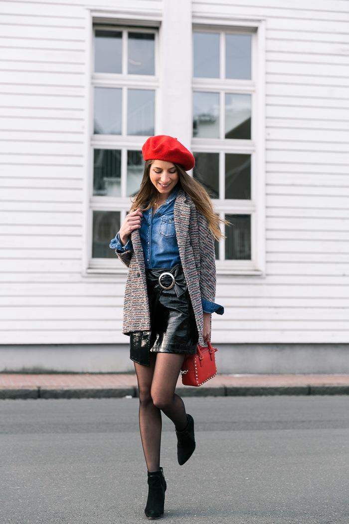 baskenmütze street style rock in lack optik Jeanshemd kombinieren outfit rote tasche