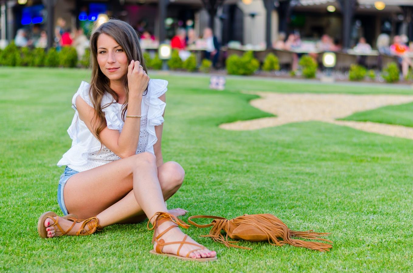 Bohemian Summer :: Bluse mit Volant & Gladiator Sandalen